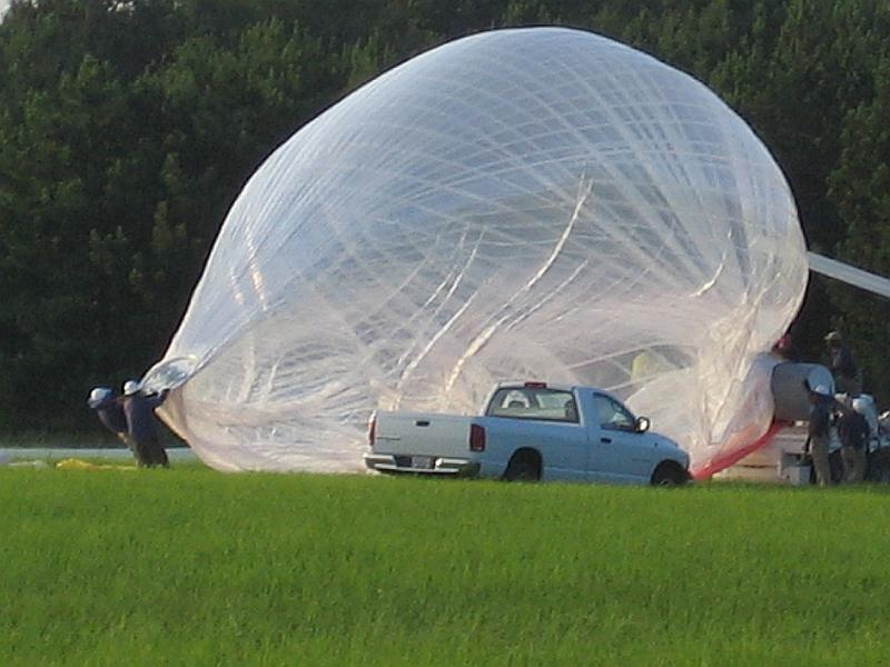 Inflation start. The launch crew holds the top valve while is being inflated to prevent foldings in the balloon wall wich can later made it fail