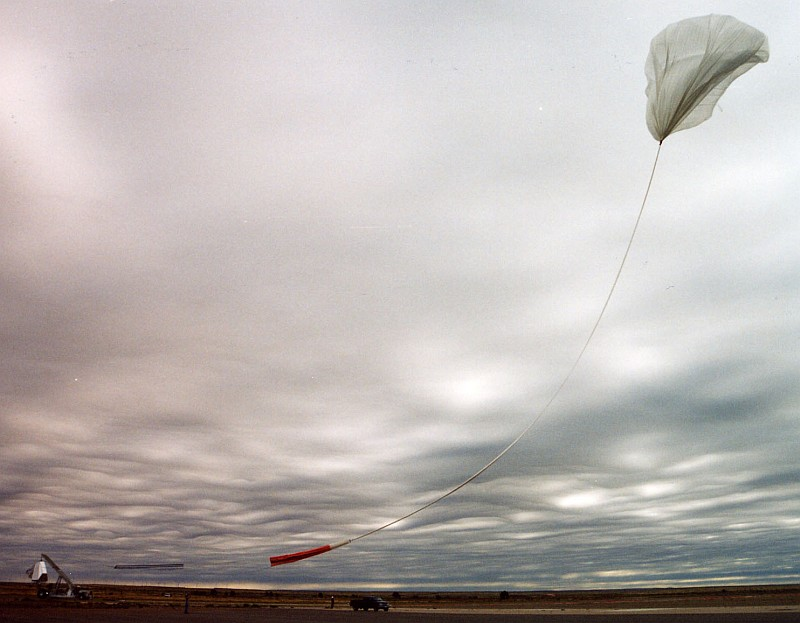 The balloon was realized and moves forward to the launch vehicle to picku up the gondola