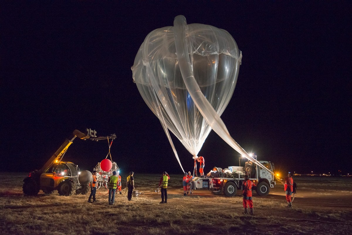 Preparing the auxiliary balloon. It is of a new design introduced by CNES in 2013 (picture by: Sébastien Chastanet, CNES)