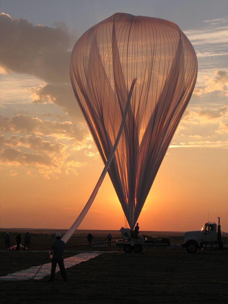 A beautiful sight: while the balloon is inflated the sun breaks over the horizont (Credit: HASP)