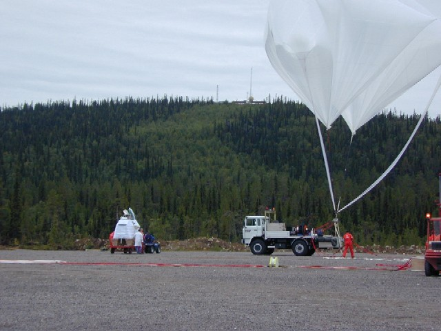 The gondola being attached to the auxiliary balloons wich will hold the payload in the launch