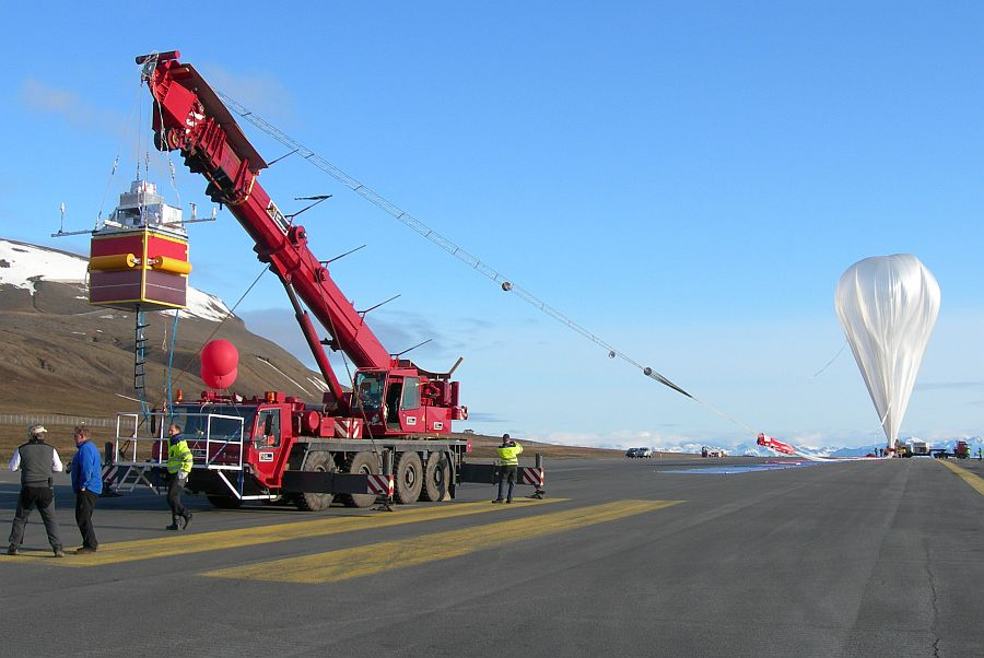 View of the launch crane in the strip of the Longyearbyen airport (Copyright: Steven Peterzen)