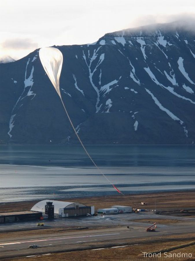 The balloon near to take the payload. Notice the length of the flight train. (Copyright: Trond Sandmo)