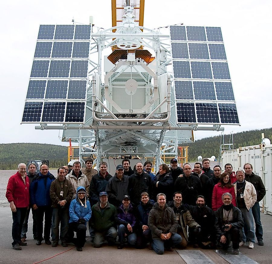 The entire SUNRISE team infront of the instrument before launch from Kiruna, Sweden (Image: IMAX team)