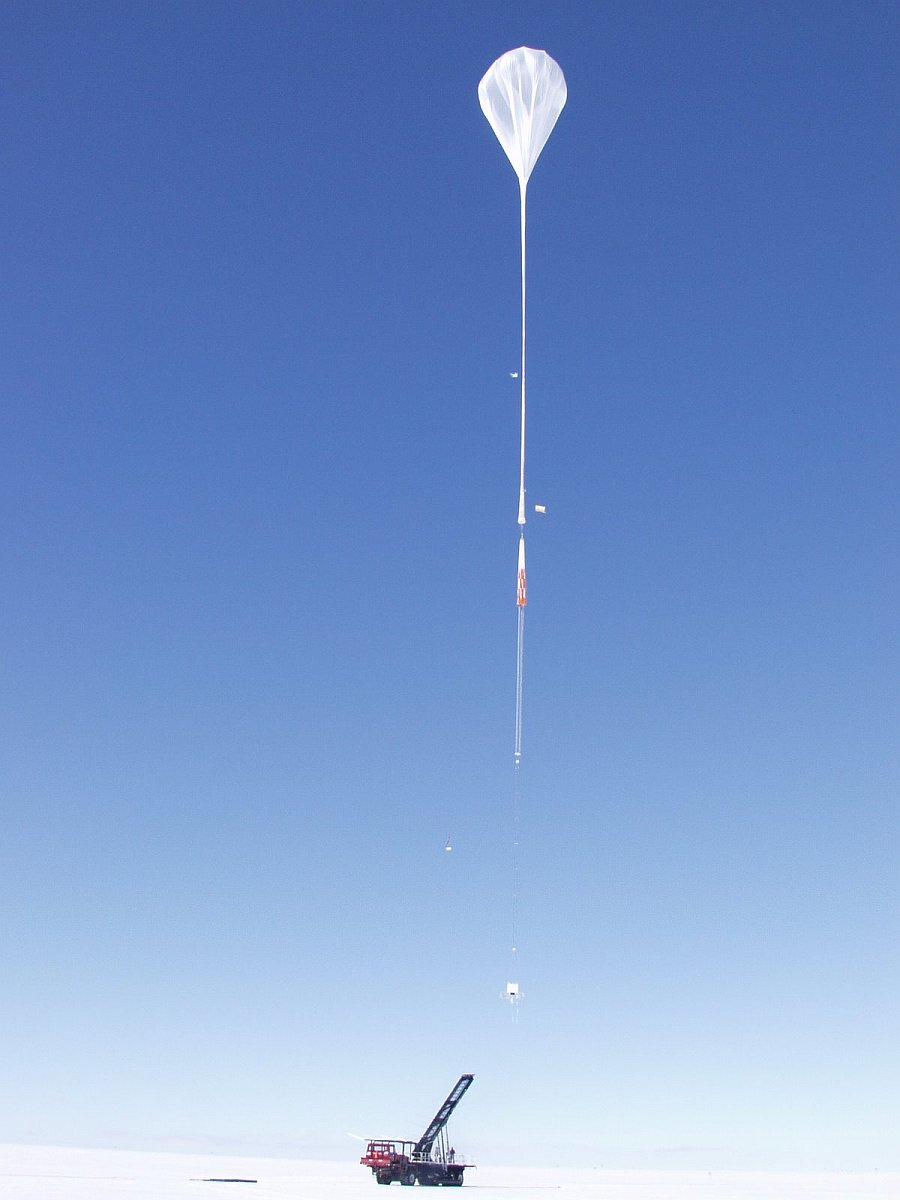 The balloon picked up the payload and is ascending slowly to the stratosphere (Picture: Mike Smith)