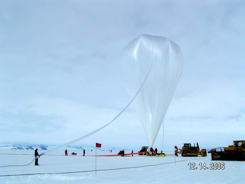 The balloon wich will transport ANITA to the stratosphere is released (Courtesy ANITA team)