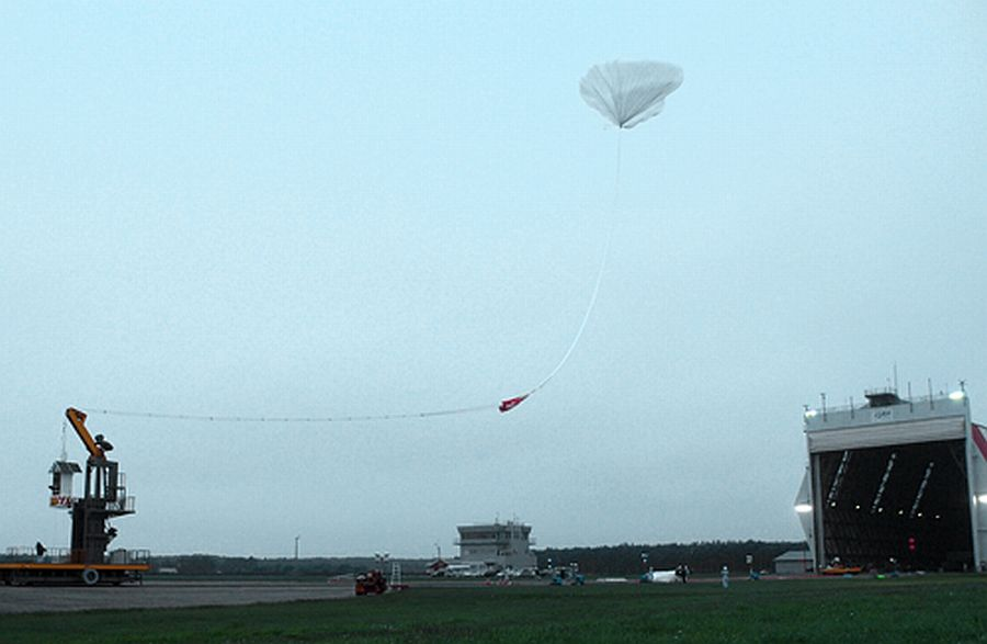 The ascending balloon moves towards the launch platform to take the payload (Courtesy: JAXA)