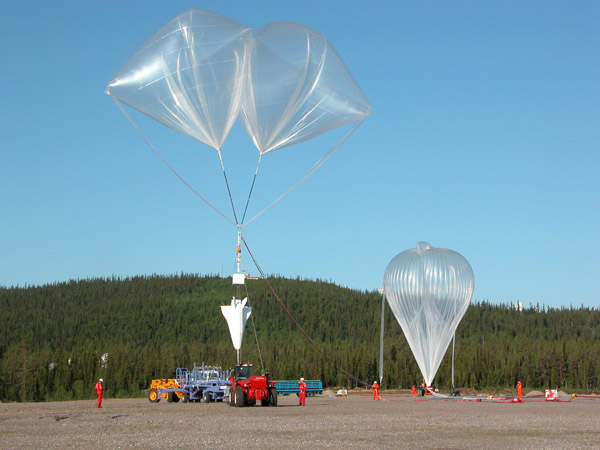 The craft hanging from the auxiliary balloons seconds before the releasing of the main balloon
