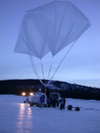 Preparation of the auxiliary balloon from wich hangs the MIPAS gondola at launch time
