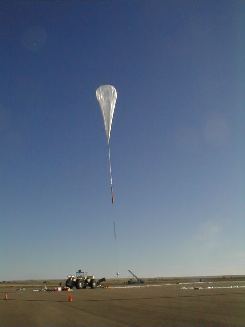 After release the balloon fly over the launch vehicle while it releases the gondola. The balloon is free to start the ascent. (Image: Mike Smith)