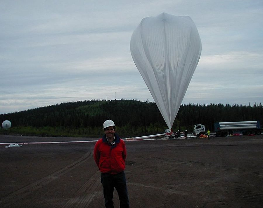 Image of the inflation process. In the foreground is David Smith investigator of the project ULDB.
